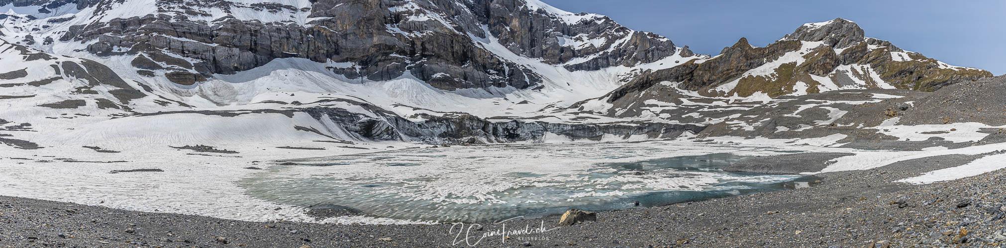 Gletschersee mit Schnee