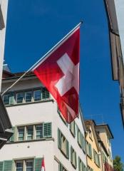 Zürich Gasse mit Schweizerfahne