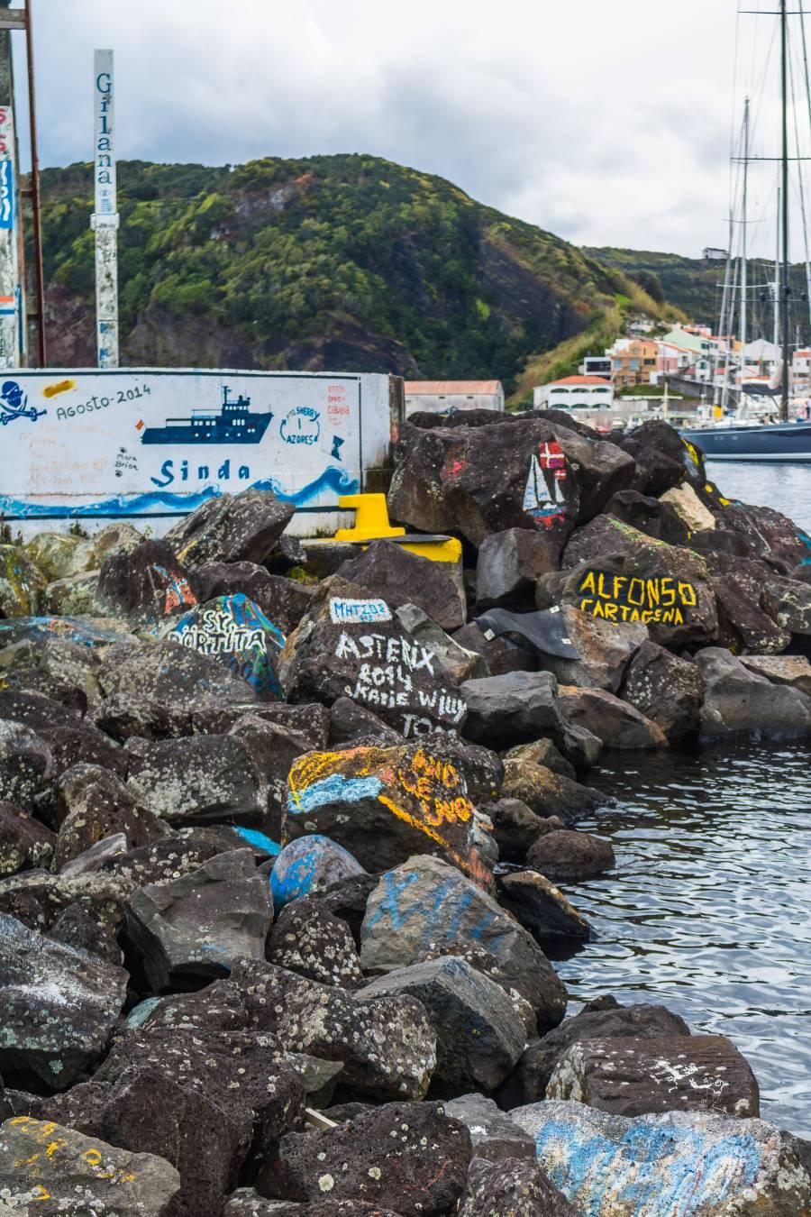 Bilder im Hafen von Horta