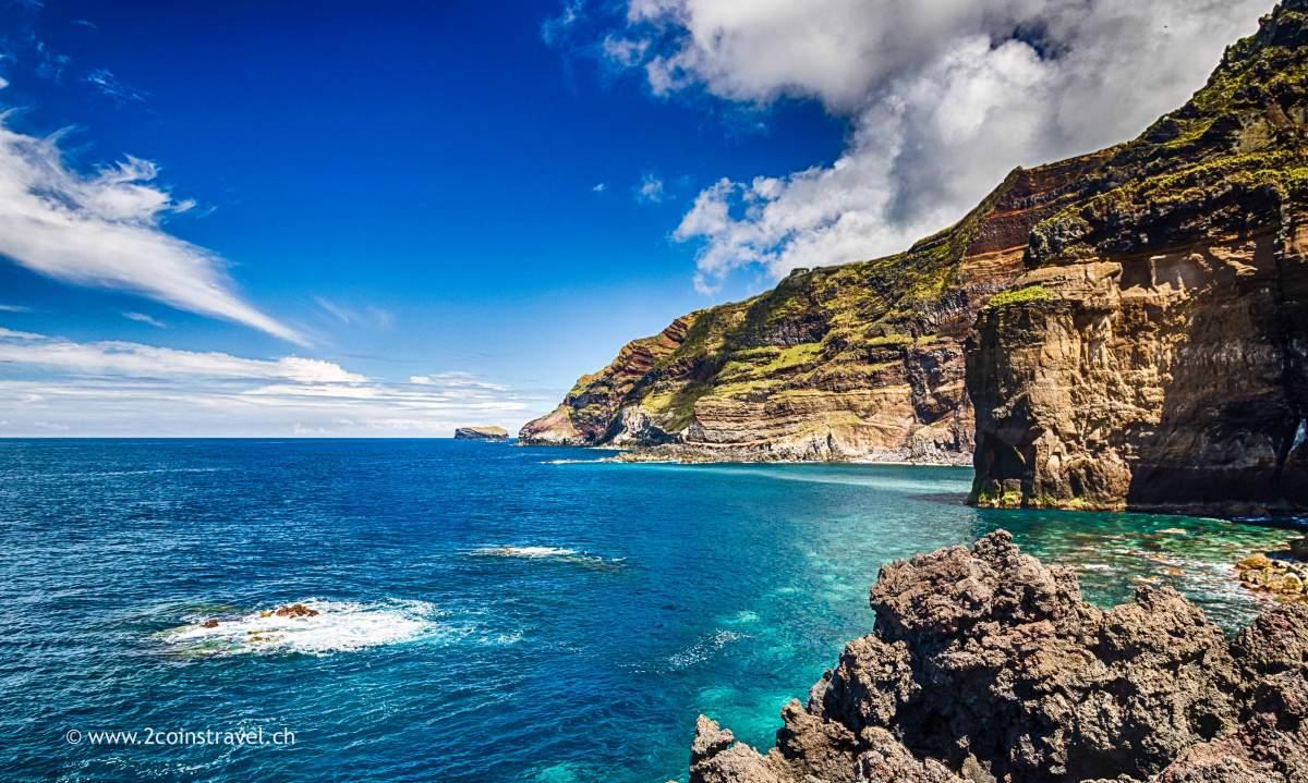 Blick von Ponta da Ferraria der Küste entland