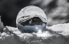 Glaskugel im Schnee