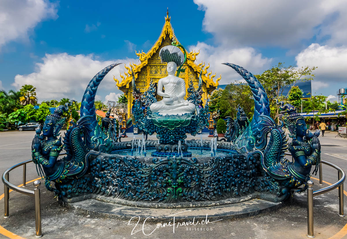 Weisse Buddha Figur blauer Tempel