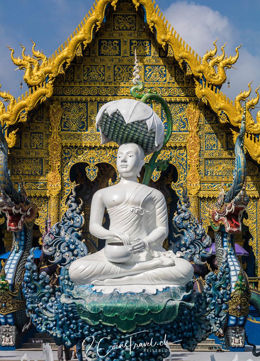 Buddha Figur vor dem blauen Tempel