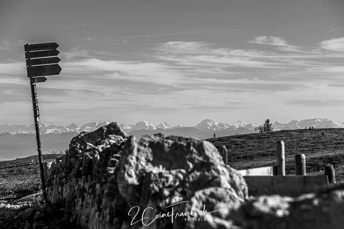 Mauer und Blick Alpen
